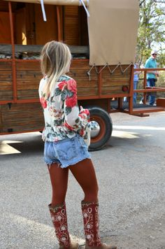 Texas Independence Day Festival Style with Hi Lovely! High-waisted Levi's and Show Me your Mumu! Festival Fashion at Luckenbach.