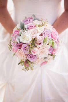 bouquet de mariée rond-romantique-roses-couleurs-pastel