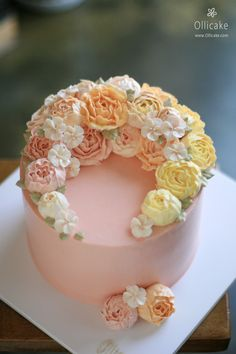 There is am amazing cake fad out there right now - the glossy korean buttercream cake. The whole cake community is talking about it (& figure it out! Gorgeous Cakes, Pretty Cakes, Cute Cakes, Amazing Cakes, Korean Buttercream Flower, Buttercream Flower Cake, Cupcakes Flores, Floral Cake, Cake Decorating Tips