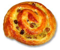 Variante du croissant et du pain au chocolat, le pain aux raisins est une viennoiserie française en forme de spirale. Constituée d'une pâte feuilletée/levée mélangée avec des raisins secs, et fourr...