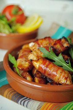 Bereiden:Verwarm de oven voor op 225°C.Bestrooi de reepjes kip met zout. Roer de honing los met de mosterd en het citroensap. Wikkel ieder reepje kip in een plakje bacon en leg in een ovenschaal. Bestrijk met de helft van het honingmengsel en bak in 10 minuten goudbruin in de oven. Keer de rolletjes om en bestrijk met de rest van het honingmengsel. Bak de andere kant ook goudbruin in 10 minuten.©kayotickitchen.com