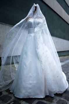 Robe de mariée en radzimir de soie et organiza double satiné, avec un voile de soie brodé, Edith Bréhat. Photo A. De Williencourt