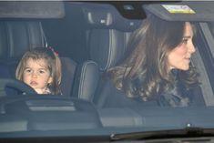 La princesse Charlotte en voiture avec sa mère, à l'occasion du déjeuner de Noël de la famille royale à Buckingham.