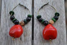Créoles bronze avec graines Lumbang rouge, graines açaï et perles coco vertes : Boucles d'oreille par les-perles-de-eihpos