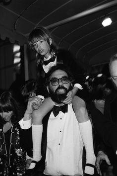 Sofia Coppola en los brazos de su padre, Francis Ford Coppola, durante el Festival de Cine Internacional Cannes, mayo de 1979