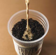 【40周年記念商品】数量限定「マチカフェ フローズンラテ クッキー&キャラメルコーヒー」が登場!マチカフェのカフェラテを注いで、できあがりです(^^)♪ http://lawson.eng.mg/7a196