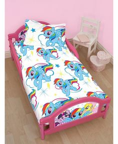 This My Little Pony Dash Toddler Bed will make a fantastic feature in any child's bedroom, thanks to it's fun design featuring Twilight Sparkle, Rainbow Dash and Pinkie Pie on the head and foot boards.