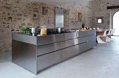 Une cuisine toute en contrastes - Rénovation magique d'une ferme italienne - CôtéMaison.fr
