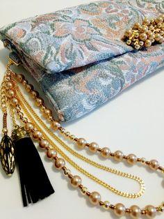いままでにない斬新なアクセサリー感あふれるクラッチバッグです。ストラップのパールビーズは当店のオリジナルカラーで、手に通してバッグを持つとブレスをしているよう...|ハンドメイド、手作り、手仕事品の通販・販売・購入ならCreema。