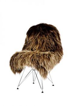 Flot, flot brunt islandsk lammeskind. Skindet er lækkert, blødt og langhåret og kan bruges som tæppe på gulvet, dække til fodenden i din seng, til pynt og som sæde og rygstøtte på stole...uanset hvad ser det skønt ud.  Skindet måler: længde 80-110 cm x bredde 70-100 cm. Hårlængde 15 cm. NB størrelse og farve varierer fra skind til skind  NB brune og grå får er sjældnere end de hvide og sorte og er derfor dyrere
