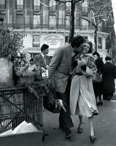 By Robert Doisneau - a French photographer. In the he used a Leica on the streets of Paris. He and Henri Cartier-Bresson were pioneers of photojournalism might add this to my 'Kiss'n time' brd Couples Vintage, Vintage Love, Vintage Kiss, Vintage Black, Vintage Paris, Vintage Photography, Street Photography, Art Photography, Fashion Photography