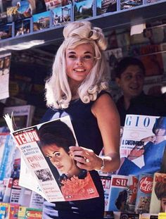 1970s, A glamourpuss catching up on all the latest gossip, RETRO GLAMOUR on the street.