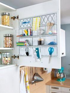 """Flache Einsätze mit Klemmleisten und Halterungen für die Innenseite der Schranktüren eignen sich in einer Mini-Küche perfekt zur Aufbewahrung von Haushaltshelfern.  Mit dem """"Tür-Ordnungs-Modul"""" haben Sie an Haken, Magneten und in transparenten Boxen alles griffbereit."""