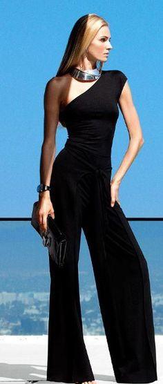 black & black Mono asimétrico con pantalón ancho y llamativo collar metálico.