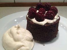 Mug cake er en fantastisk ting, hvis man har lyst til en hurtig frisk bagt kage. Der er så mange lækre versioner på internettet, men inspirationen til den her, kom fra et medlem på facebookgruppen ...