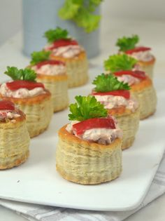 Volovanes de atún con piquillos Tapas, Catering, Sushi, Sandwiches, Muffin, Food And Drink, Cooking Recipes, Cheese, Vegan