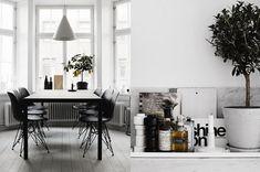 Apartamento en blanco y negro de la diseñadora Therese Sennerholt. Nos encanta su uso de nuestra Silla Tower Color Edition en negro.