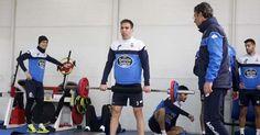 Fernando Navarro, con el resto del equipo ayer en las instalaciones del gimnasio de Abegondo, a las órdenes del preparador físico José Ángel Franganillo quintana