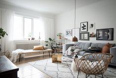Vardagsrummet präglas av ljus och rymd tack vare en generös takhöjd och stort fönsterparti. Kustroddaregatan 40 - Bjurfors