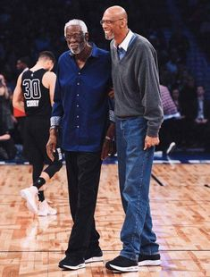 Two of the greatest players to ever play the game: Bill Russell and Kareem Abdul-Jabbar. Sport Basketball, Basketball Pictures, Basketball Legends, Basketball Players, Basketball Court, Houston Basketball, Celtics Basketball, Sport Football, Baseball