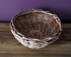 Papierowa wiklina Moniki: Przecierkowy koszyczek Laundry Basket, Wicker Baskets, Home Decor, Decoration Home, Room Decor, Home Interior Design, Laundry Hamper, Home Decoration, Woven Baskets