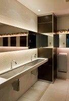 大きな鏡、さらに花をあしらった女性用トイレ。