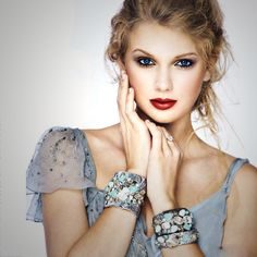 A different Taylor Swift than we're used to. But this pose is phenomenal! Taylor Swift Moda, Style Taylor Swift, Taylor Swift Fotos, Beautiful Taylor Swift, Taylor Alison Swift, Swift 3, Pretty People, Beautiful People, Legs