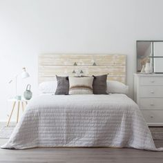35 Amazingly Pretty Shabby Chic Bedroom Design and Decor Ideas - The Trending House Scandi Bedroom, Vintage Bedroom Decor, Cama Vintage, Big Beds, Dreams Beds, Bed Sizes, Home Staging, Decoration, Furniture
