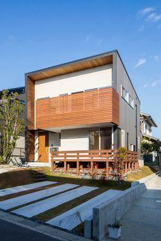 自生していた木が残る家・間取り(名古屋市緑区)  ローコスト・低価格住宅 狭小住宅・コンパクトハウス   注文住宅なら建築設計事務所 フリーダムアーキテクツデザイン Front Porch Design, Box Houses, Interesting Buildings, House Blueprints, Pergola Designs, Japanese House, Tiny House Design, House In The Woods, Cozy House