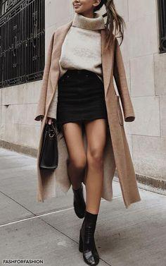 Comment porter le pull en maille avec style ? Conseils & idées de tenues dan cet article hyper complet ! #pullécru #pullmaille #blogmode #minijupenoire #bootsnoires #manteaubeige  #idéestenuefemme40ans
