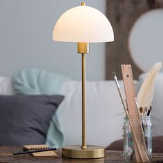 Vienda bordslampa med klassiska former som håller länge är nu en favorit bland våra kunder i butiken. Finns även i svart, silver, och vit . Mått: H: 47,5