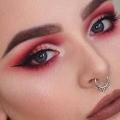 New Eye Makeup Drawing Eyeshadows Ideas Red Eyeshadow Look, Red Eye Makeup, Colorful Eye Makeup, Eyeshadow Palette, Smoky Eyeshadow, Coral Makeup, Red Smokey Eye, Halo Eye Makeup, Neutral Eye Makeup