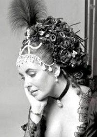 Liz Taylor en el Baile Proust organizado por Helene de Rosthchild en diciembre de 1971 en Ferrières, un palacio que perteneció a Napoleón III.