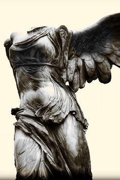 Victoria Alada de Samotracia (190 a.c) - Victoria alada de Samotracia (190 A.C) La Victoria alada de Samotracia, también conocida como Victoria de Samotracia y Niké de Samotracia, es una escultura en bulto redondo perteneciente a la escuela rodia del periodo helenístico. Se encuentra en el Museo del Louvre, París. En griego la estatua se denomina Nike tes Samothrakes (Νίκη της Σαμοθράκης). Tiene una altura de 245 cm y se elaboró en mármol hacia el 190 a. C. Procede del santuario de los...