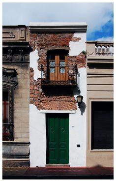 La Casa Mínima, conocida como la casa más angosta de Buenos Aires. Pasaje San Lorenzo 380, barrio de San Telmo, Buenos Aires, Argentina. [Foto: reprodução]