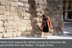 María José Izquierdo señala una de las manchas del pavimento tras Las Bodas.