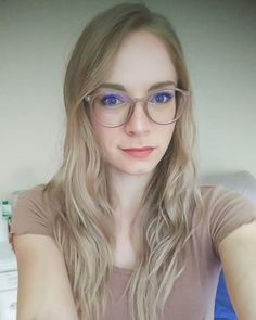 Of course, all face shapes are beautiful, but people with oval faces are lucky when it comes to choosing glasses. Almost every type of glasses should fit an oval face. Oval Face Shape Glasses, Glasses For Long Faces, Oval Face Shapes, Girls With Glasses, Eyeglasses For Oval Face, Eyeglasses For Women, Fashion Over 50, Girl Fashion, Super Glasses