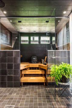 Kannustalo Pohjanmaa. Pesuhuoneen seinässä Via Emilia nero 20x20 cm ja lattiassa Via Emilia nero 10x10 cm . #pukkilalaatat #pukkila