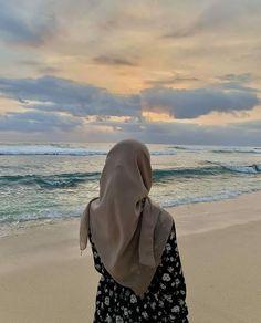 Stylish Hijab, Hijab Chic, Hijabi Girl, Girl Hijab, Cool Girl Pictures, Beach Pictures, Hijab Hipster, Kreative Portraits, Hijab Cartoon