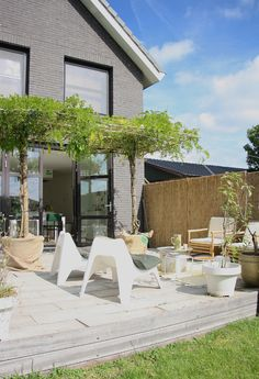 Homes with Heart: Eclectic Modern Family Home, via Backyard patio inspiration (bamboo fence looks pretty nice there). Outdoor Rooms, Outdoor Gardens, Outdoor Living, Outdoor Furniture Sets, Outdoor Decor, Ikea Outdoor, Modern Family, Home And Family, Terrasse Design