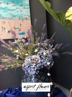 La vitrine « vacance 2019 » d'Esprit Fleurs à Compiègne avec de la lavande et des hortensias ainsi que nos baigneuses. Boutique Esprit, Ainsi, Glass Display Case, Hydrangeas, Bathing Beauties, Lavender, Flowers