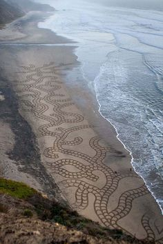 Beach sand art with a rake Andres Amador pictures) Don't let anyone tell you that you can't do something which seems impossible. Look at what this person made! Land Art, Art Plage, Sand Drawing, Art Environnemental, Art Et Nature, Sand Painting, Beach Paintings, Environmental Art, Beach Art