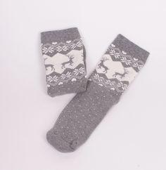Сиви дамски, топли термо чорапи с бели сърца, снежинки и елени. Меки и топли с тях ще се чувствате добре в студените зимни дни. Подарете топлина на вас и на вашите близки.