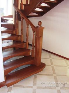 лестница из массива дуба с арочными подступенками