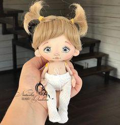 Felt Dolls, Baby Dolls, Crochet Basket Pattern, Fabric Dolls, Doll Face, Doll Patterns, Textiles, Doll Clothes, Crochet Hats