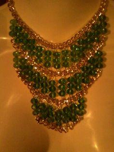 Collar con cristales en tono verde