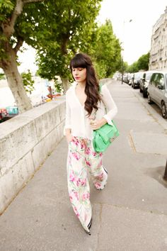 The French blogger Alix from the blog The cherry Blossom Girl wearing a Tara Jarmon set. #tarajarmon #flowers #set