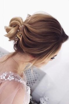 Bun hairstyles are popular wedding hairdos, and look good for different hair length. See our trendy collection of wedding bun hairstyles. Low Bun Hairstyles, Wedding Hairstyles For Long Hair, Undercut Hairstyles, Messy Bun Wedding, Hairdo Wedding, Wedding Bride, Hair Care Tips, Hair Lengths, Hair Hacks