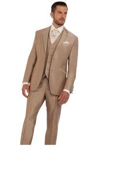 Costume beige satiné pourquoi pas ! Le seul hic c'est que c'est peut être pas facile à remettre ? A voir !