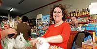 DE CAJERA. Soledad, 37 años, es ingeniera industrial y, pese a tener una mente prodigiosa (148 de CI), trabaja de cobradora en un supermercado. / DANIEL JIMÉNEZ